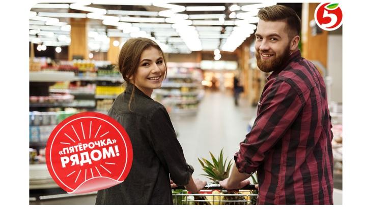 Молодые люди делают покупки