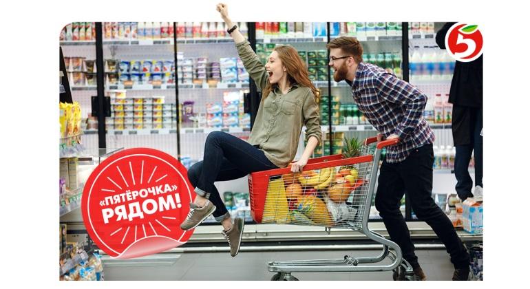Молодая пара выбирает покупки