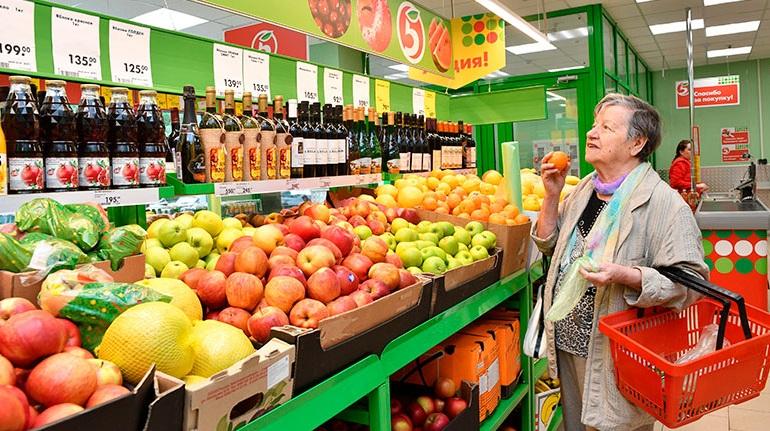 покупатель и фрукты